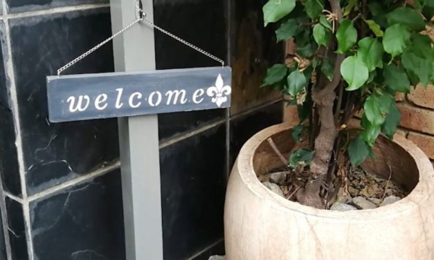 How to make a welcome stand